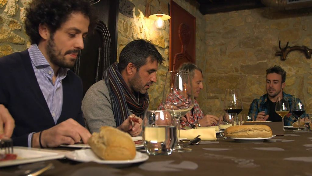 ¡La cena más divertida entre Jesús Calleja y los amigos de Fernando Alonso!
