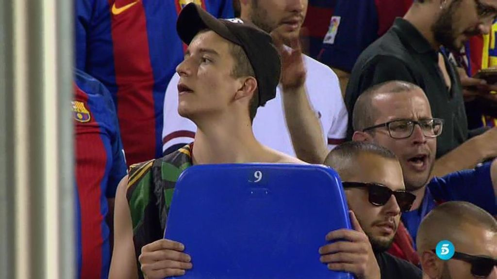 ¡Aficionados del Barça arrancan los asientos del Calderón! La imagen que más indigna a los atléticos