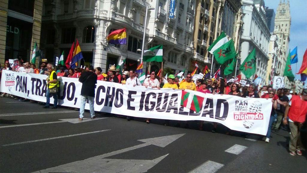 Miles de personas marchan contra el paro y la precariedad en Madrid