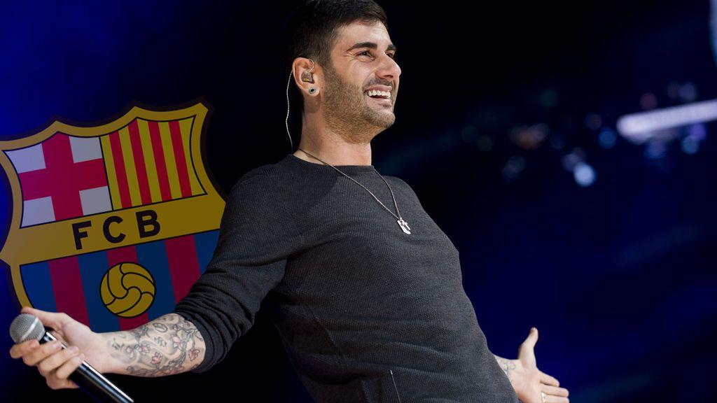 Melendi no quiere ponerse la camiseta del Barça durante un concierto en Barcelona