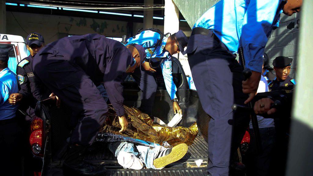 Tragedia en Honduras: cinco muertos por una avalancha causada por cargas policiales tras la saturación de una grada