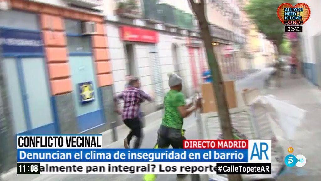 El equipo de 'El programa de AR', agredido en directo en un barrio conflictivo de Madrid