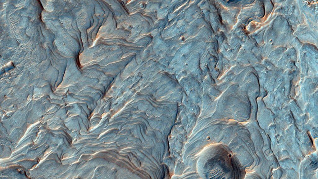 Estratos de roca en el lecho de un cráter al norte de la llanura Argyre Planitia