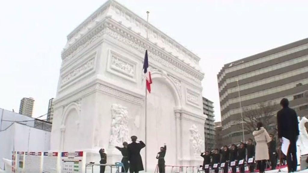 Se iza la bandera francesa en una breve ceremonia frente al monumento congelado