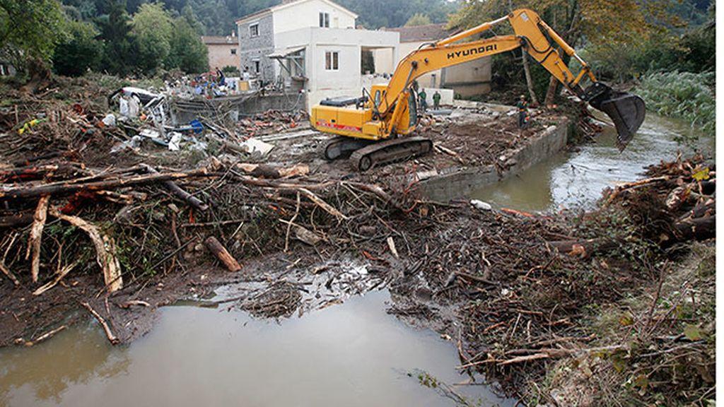 Una grúa retira escombros en Biot (Francia)