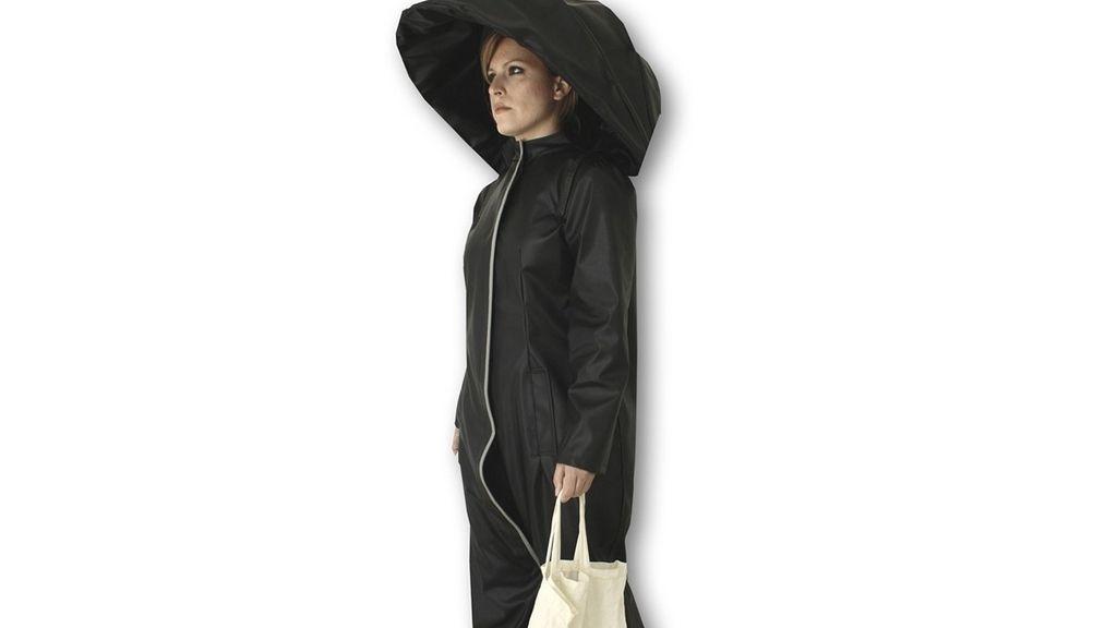 mono chubasquero paraguas