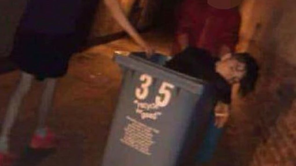 Abandonan a un joven a punto de morir por un coma etítilo en un contenedor de basura