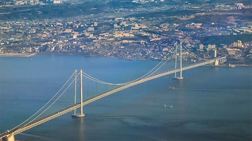El Gran Puente del Estrecho Akashi Kaikyō está en Japón  y tiene 283 metros de altura