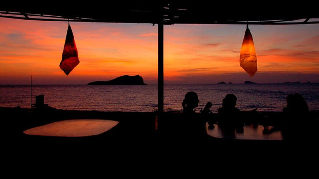 Un atardecer con banda sonora en Cala Conta (Ibiza)