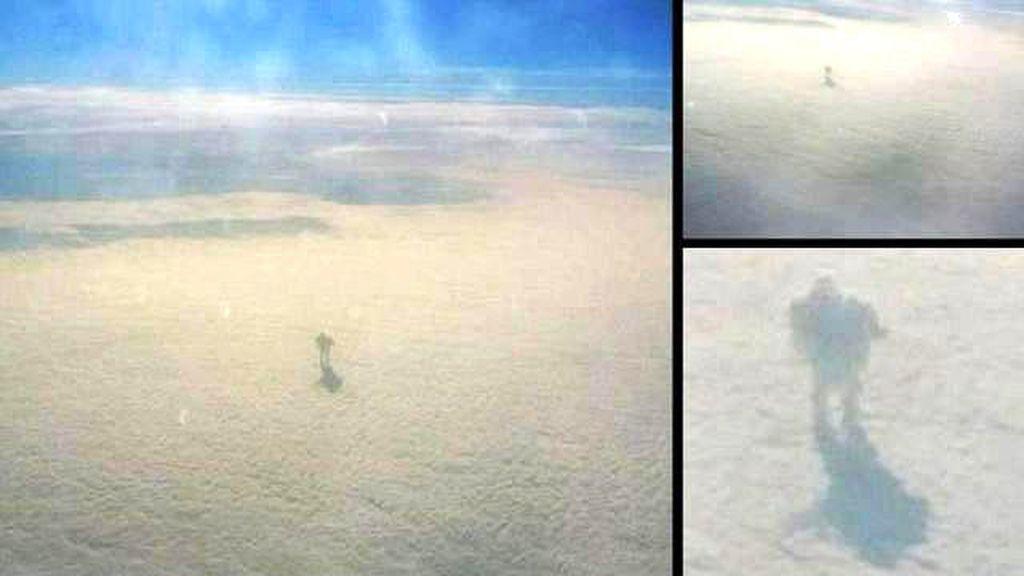 ¿Es eso un robot gigante que camina entre las nubes?
