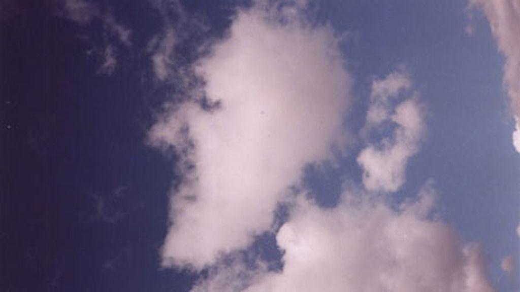 Es una 'meta-persona': una persona que mira a otra persona que mira a otra persona que mira el cielo...
