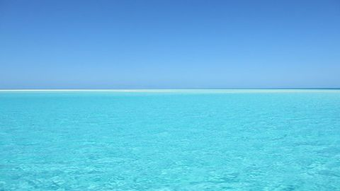 Desmontando mitos: ¿de verdad el mar es azul por el reflejo del cielo?