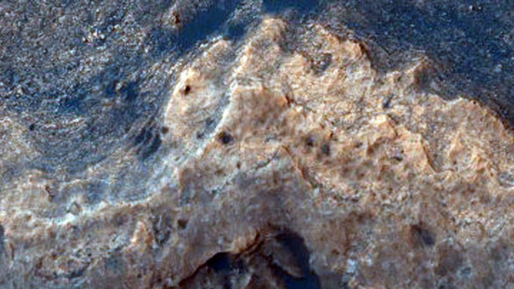 El Rover Curiosity vigila el cráter Gale, lugar en donde se han localizado restos minerales de posibles antiguos lagos