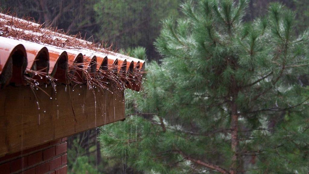 Fuera llueve y, tú, dentro caliente: el relajante sonido del repiqueteo de la lluvia sobre el tejado