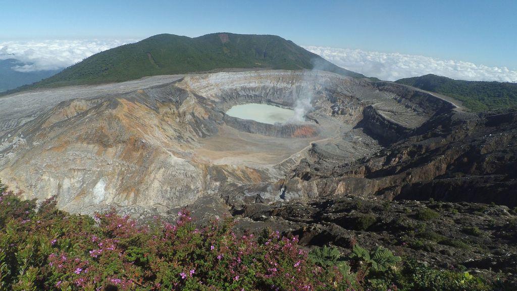 Un cráter ácido con laguna de agua caliente en Costa Rica