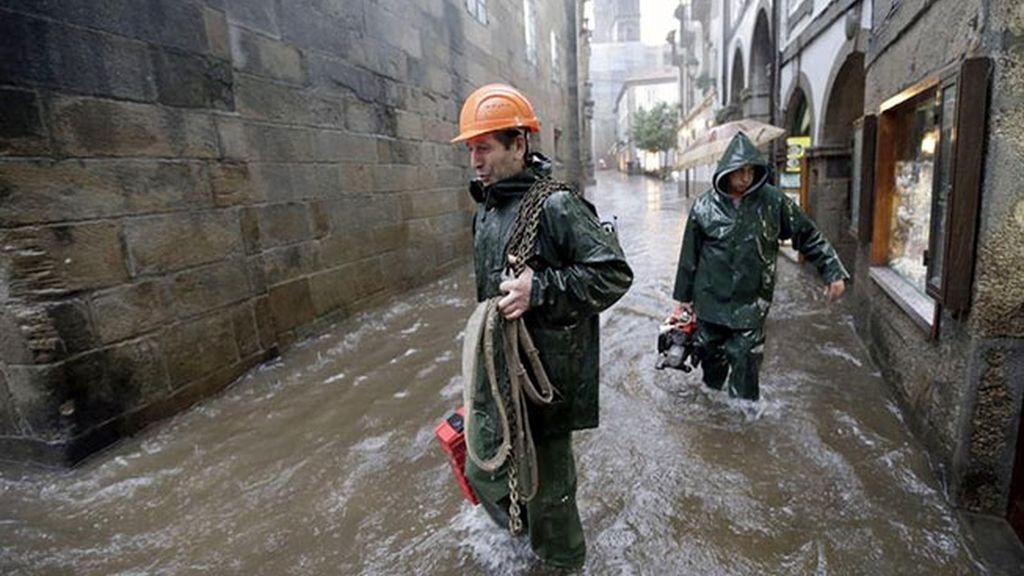 Los bomberos achican agua en las calles de Santiago
