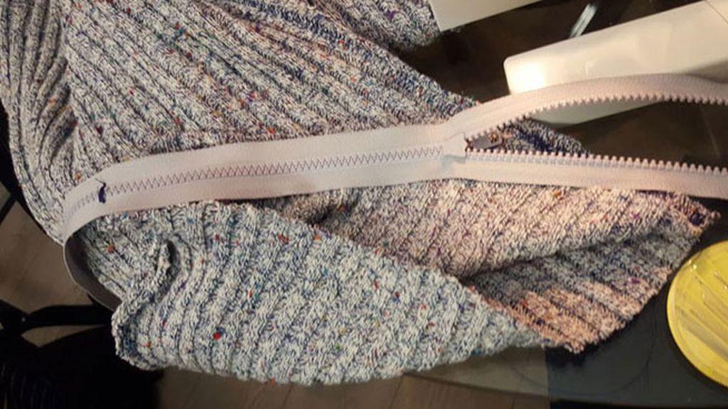 Calentito y para escaparte de la realidad: el diseño de este jersey 'tapa-caras' te va a dejar de piedra