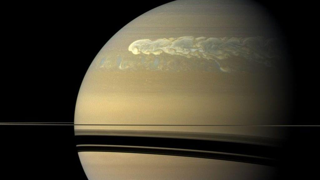 Saturno y sus manchas blancas