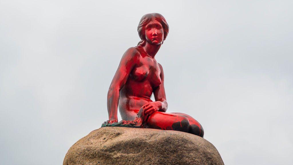 Pintan de rojo a la 'Sirenita' de Copenhague como protesta contra la caza de ballenas