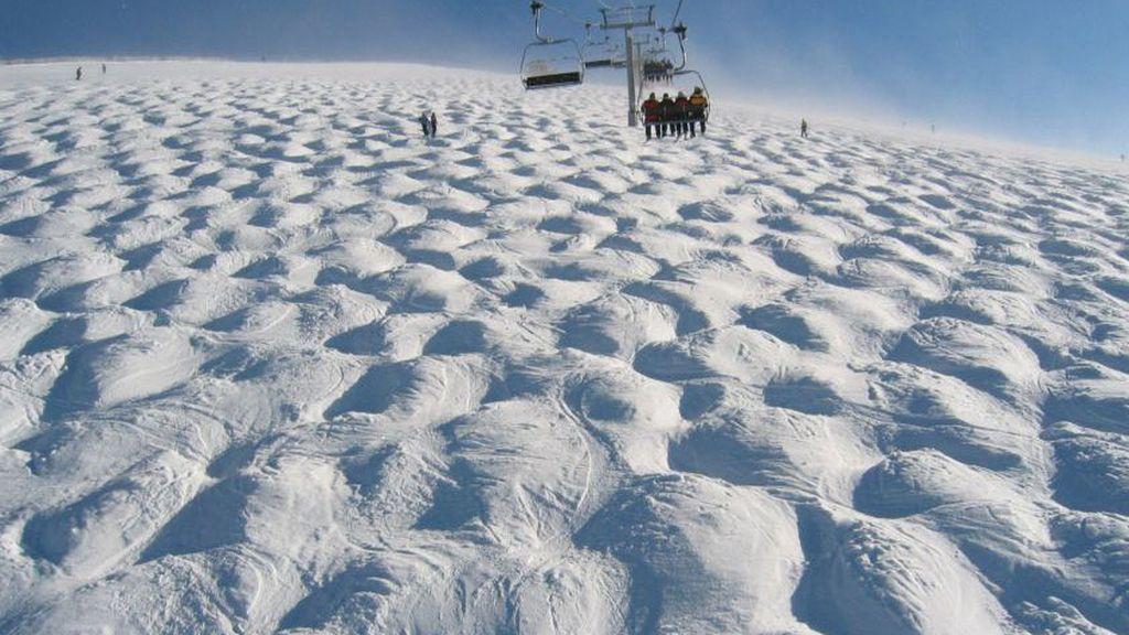 Una tarta de nata gigante o los perfectos montículos de una pista de esquí francesa