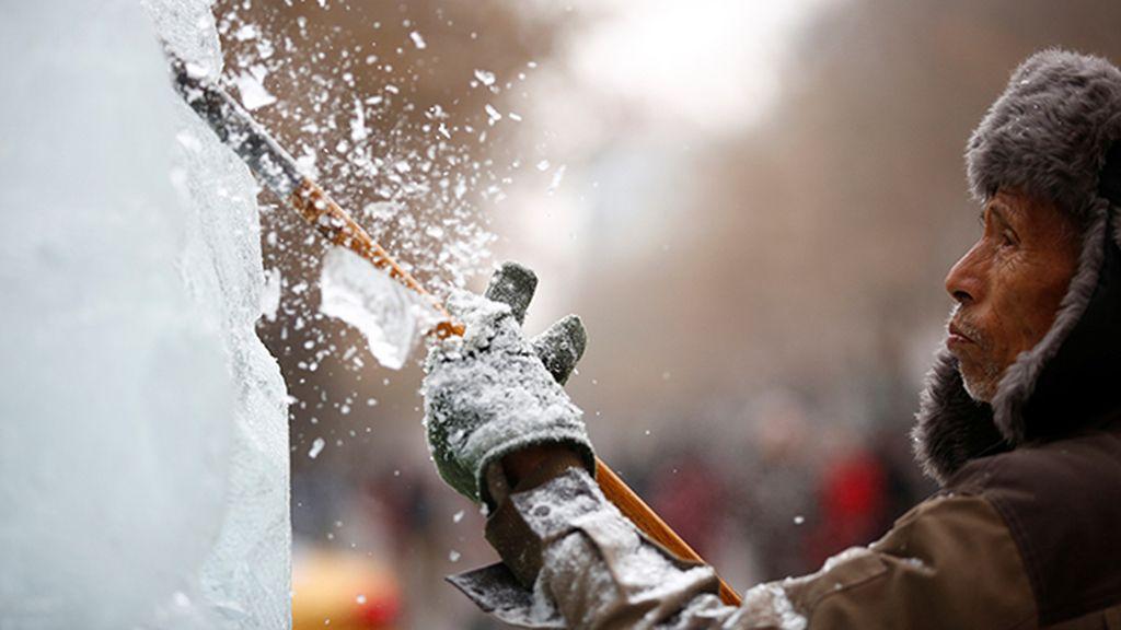 Para esculpir el hielo y la nieve, utilizan desde pequeños cinceles hasta motosierras