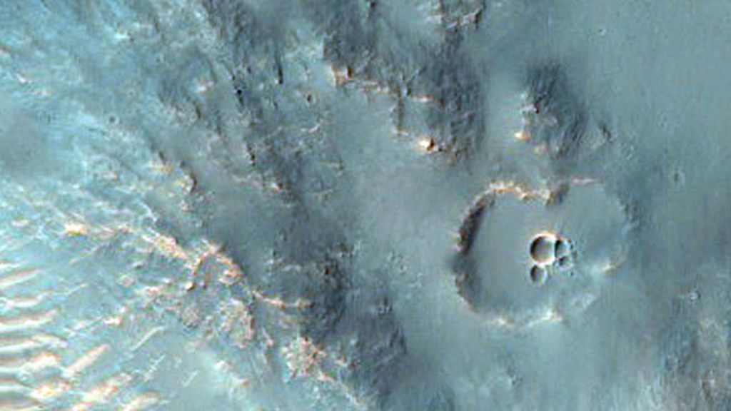 Un cráter en Hesperia Planum, una llanura de lava en tierras altas del sur de Marte