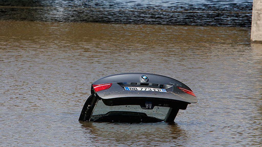 Un coche abandonado, tras las inundaciones en Francia