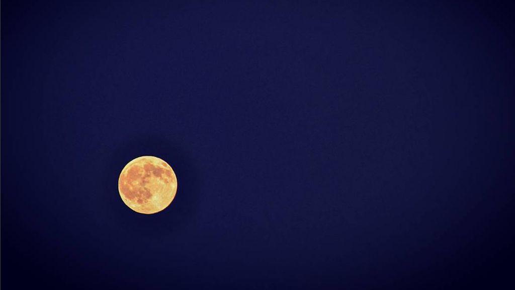 @ManuMoron captura la luna en Rubí (Cataluña)