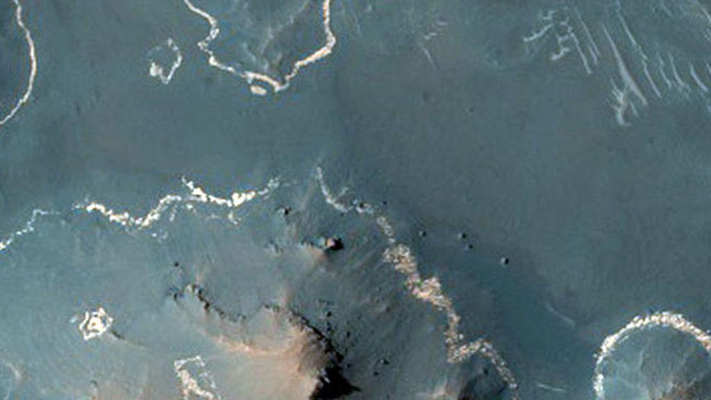Las líneas blancas corresponden a materiales de una capa de ceniza volcánica que permaneció en colinas y mesetas