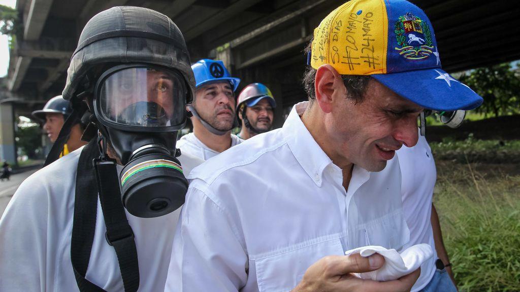El líder opositor Capriles y un diputado son agredidos durante las protestas en Caracas