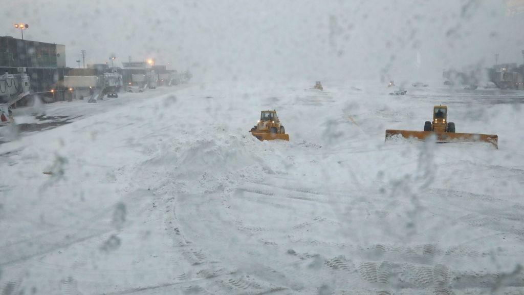 La ciudad está con vuelos cancelados, servicios mínimos y locales cerrados