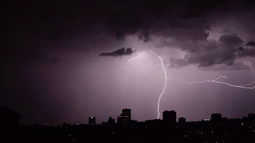 El cielo eléctrico madrileño visto por Nacho Martín Gómez (@Nacho_Martin_VJ)