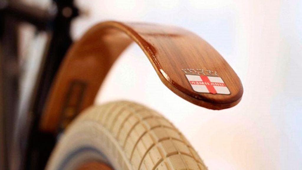 El guardabarros de lujo se hace a mano y es de madera