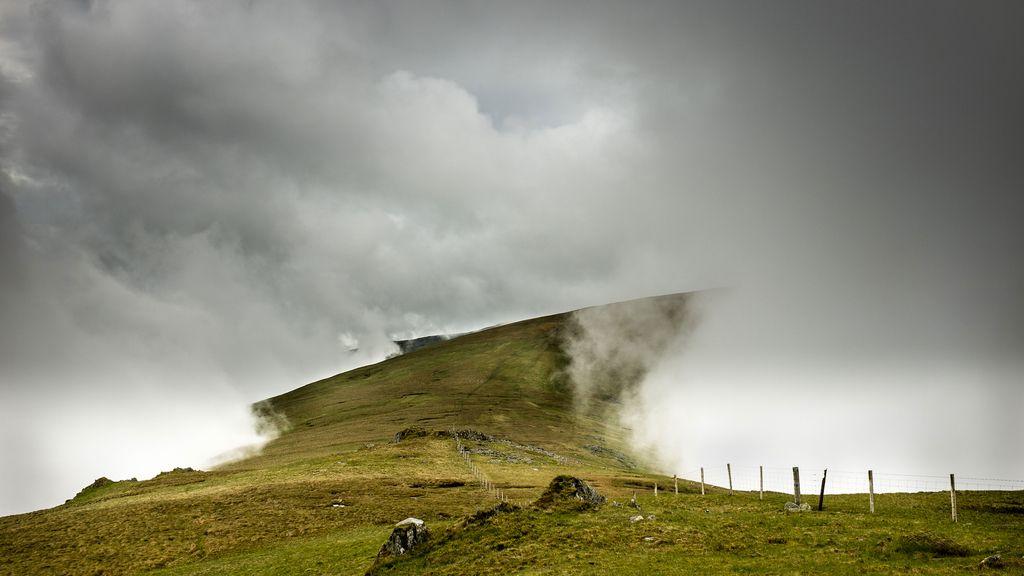 Colinas envueltas en la niebla en el norte de Gales, Reino Unido