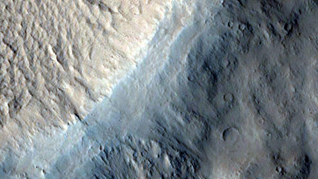 Un cráter de pedestal en la región de Eumenides Dorsum