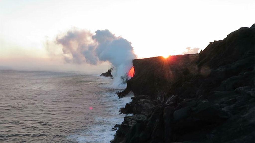 La lava causó explosiones litorales que se alzarón dos veces por encima del acantilado