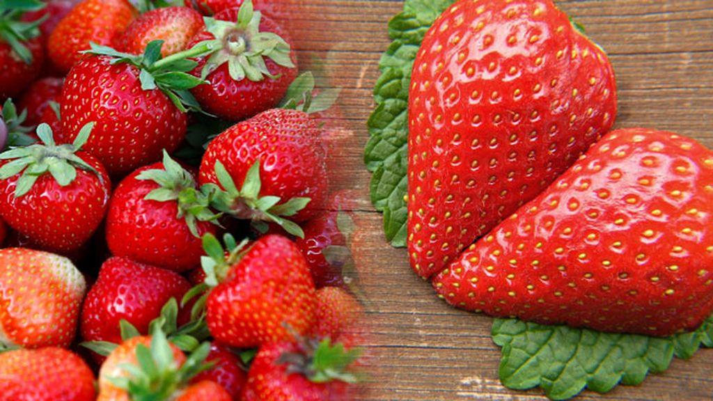 ¡Viva el rojo pasión! La fresa es un 'must' sexual que no puede faltar acompañado de nata