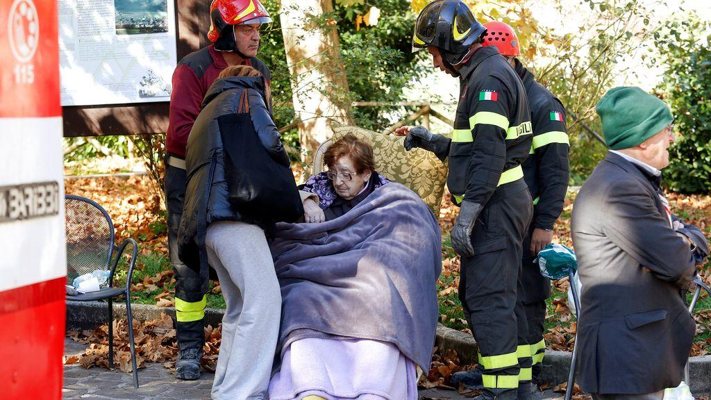 Esta anciana, una de las supervivientes del terremoto de Amatrice (Italia) en agosto