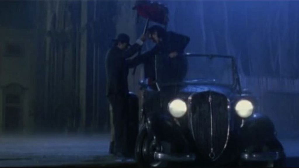 Hacer un paraguas con un cojín para que tu pareja no se moje, como en 'La vida es bella'