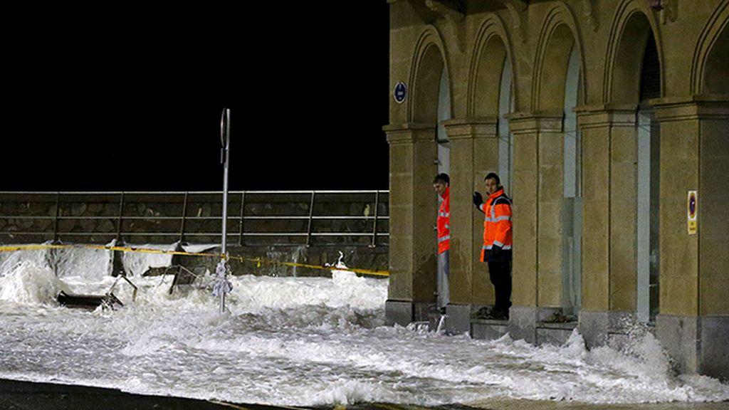Las olas entran en la ciudad de San Sebastián