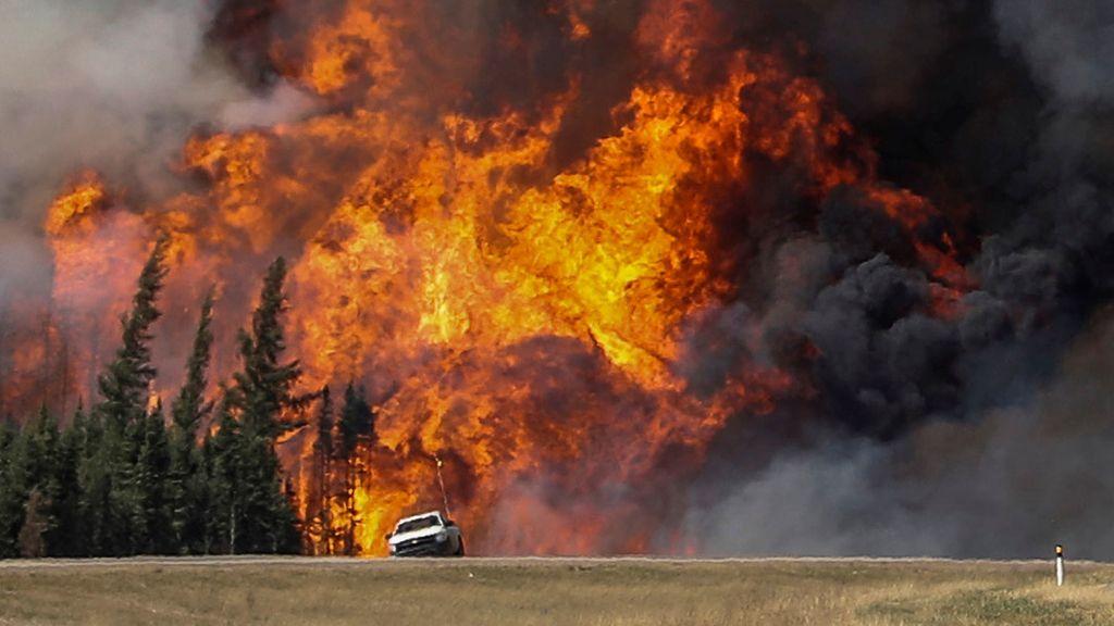 Empiezan a controlar el gran incendio de Canadá