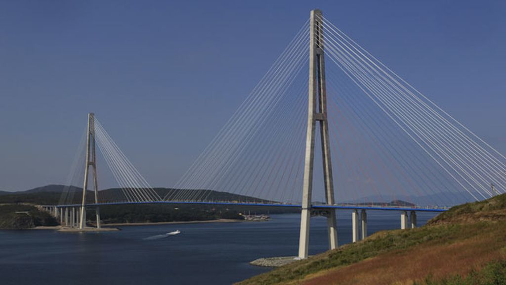 En Rusia, el Puente de la Isla de Ruskii cruza el estrecho de Bñosforo Oriental a 321 metros de altura