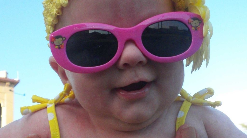bebe gafas de sol