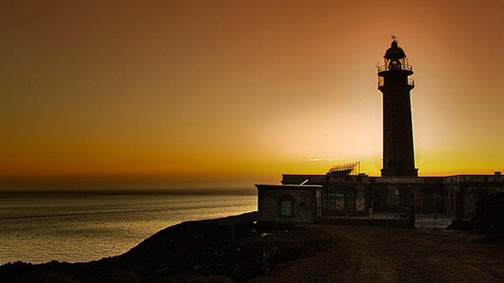 El sol se pone sobre El Hierro en el Faro de Orchilla