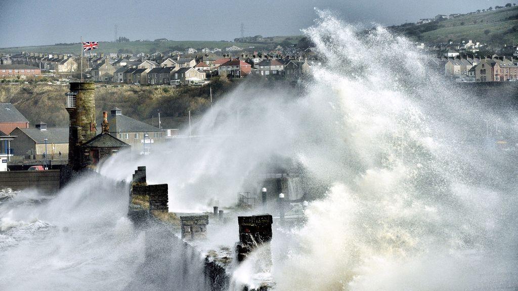 Premio del Público: Olas envolviendo el puerto de Whitehaven en Cumbria, Reino Unido