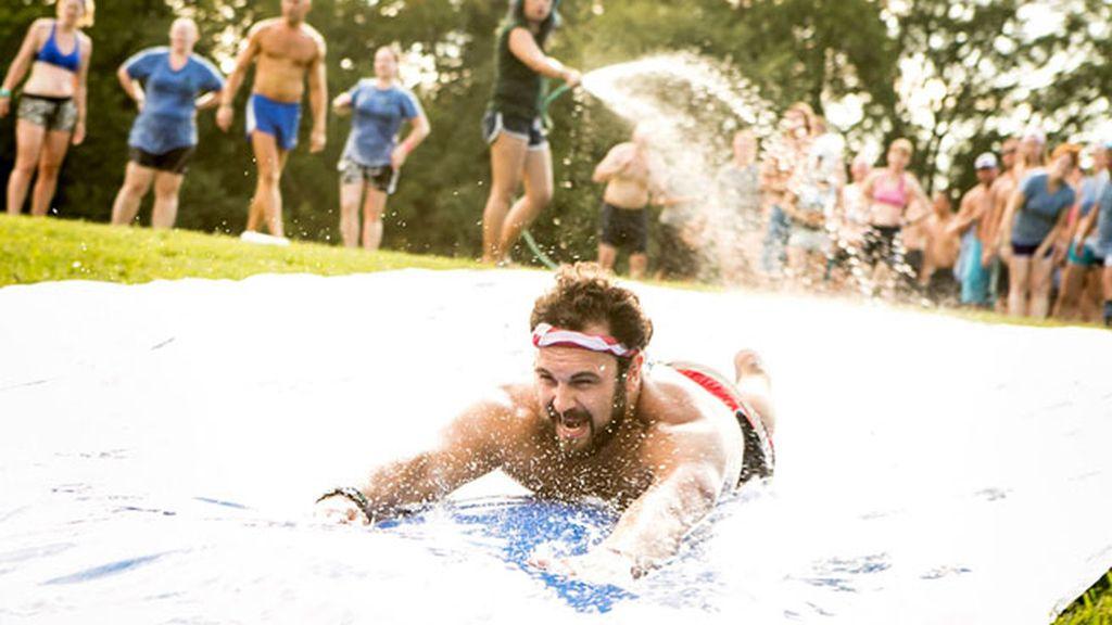Respira aire fresco, aprende a hacer surf, practica tu inglés… y todo en grupo