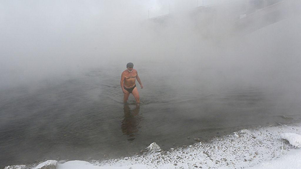 Nadadores en medio de la nieve