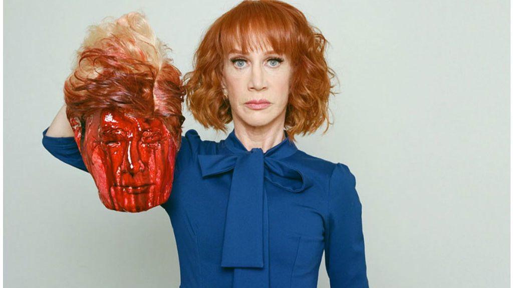 La comediante Kathy Griffin muestra una cabeza ensangrentada de Trump y después se disculpa