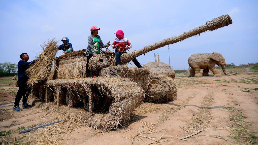 Esculturas agrícolas construidas de paja