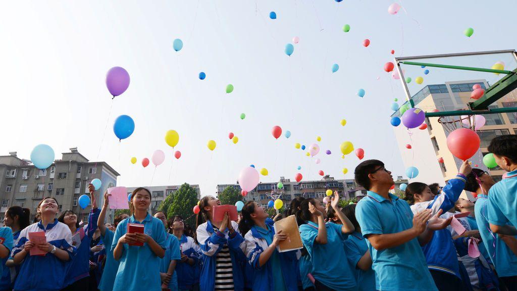Alumnos chinos dan la bienvenida a su examen más importante